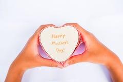 Счастливая изолированные коробка и рука сердца дня матерей Стоковое Изображение
