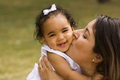 Счастливая испанская мать и ее маленькая девочка Стоковые Изображения RF
