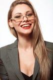 Счастливая и красивая белокурая женщина с длинными волосами в деле sui Стоковая Фотография RF