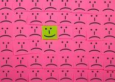 Счастливая и несчастная концепция Предпосылка липких примечаний Стоковые Фото