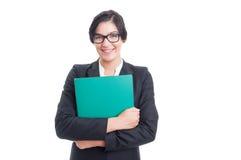 Счастливая и дружелюбная женщина держа папку файла стоковое изображение