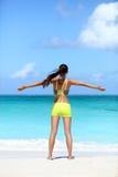 Счастливая идущая женщина выигрывая - успех фитнеса Стоковая Фотография RF