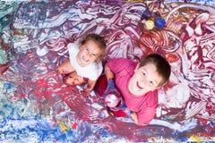 Счастливая картина девушки и мальчика с их руками Стоковые Фотографии RF