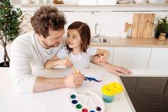 Счастливая картина отца вместе с его дочерью Стоковое Изображение RF