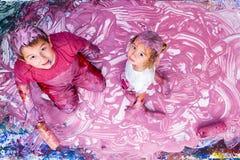 Счастливая картина сестры и брата с их руками Стоковая Фотография