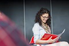 Счастливая книга чтения коммерсантки в офисе Стоковое Изображение RF