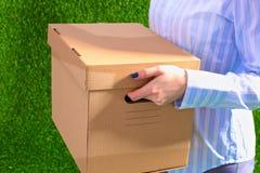 Счастливая команда предпринимателей двигая офис, коробки упаковки, усмехаясь Стоковые Изображения RF