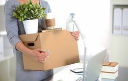 Счастливая команда предпринимателей двигая офис, коробки упаковки, усмехаясь Стоковые Фото