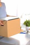 Счастливая команда предпринимателей двигая офис, коробки упаковки, усмехаясь Стоковое Изображение RF