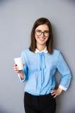 Счастливая коммерсантка держа чашку с кофе Стоковые Изображения