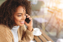 Счастливая коммерсантка имея переговор телефоном Стоковое Фото
