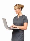 Счастливая коммерсантка используя компьтер-книжку стоковое изображение