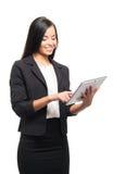 Счастливая коммерсантка работая на таблетке на белизне Стоковая Фотография RF