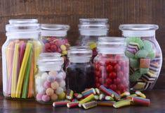 Счастливая конфета хеллоуина в стеклянных опарниках Apothecary стоковые фотографии rf