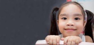 Счастливая концепция школьницы, детства и образования - счастливое littl стоковая фотография