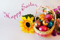 Счастливая корзина пасхальных яя пасхи Стоковое Фото