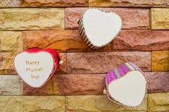 Счастливая коробка сердца дня матерей на кирпичной стене для текстуры Стоковые Изображения RF