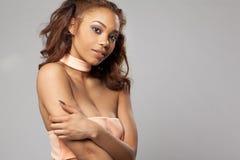 Счастливая красивая Афро-американская женщина стоковое фото