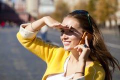 Счастливая красивая девушка вызывая телефоном Стоковая Фотография RF