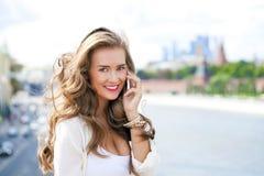 Счастливая красивая девушка вызывая телефоном Стоковое фото RF
