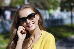 Счастливая красивая девушка вызывая телефоном Стоковое Изображение