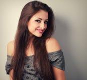 Счастливая красивая женщина брюнет с длинный смотреть волос Крупный план t стоковые фотографии rf