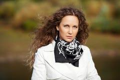 Счастливая красивая женщина в белом пальто стоковое изображение rf