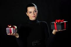 Счастливая красивая женщина держа 2 коробки подарков Стоковые Изображения RF