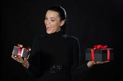Счастливая красивая женщина держа 2 коробки подарков Стоковое Изображение