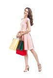 Счастливая красивая женщина держа isolat много красочного хозяйственных сумок стоковая фотография