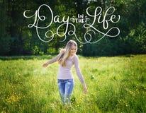 Счастливая красивая женщина идя на день луга и текста весны в жизни Притяжка руки литерности каллиграфии винтажная Стоковые Изображения
