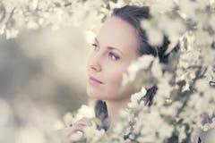 Счастливая красивая женщина моды идя в сад весны Стоковое фото RF