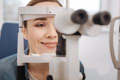 Счастливая красивая женщина навещая optometrist Стоковые Фото