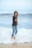 Счастливая красивая женщина наслаждаясь волнами на тропическом море Стоковое Изображение