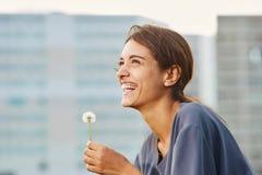 Счастливая красивая женщина с одуванчиком Стоковая Фотография RF