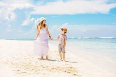 Счастливая красивая мать в длинном белом платье Стоковые Фото