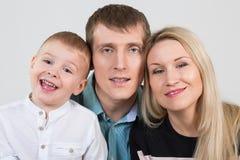 Счастливая красивая семья из трех человек стоковая фотография rf