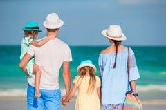 Счастливая красивая семья с детьми на тропическом пляже Стоковое Изображение RF