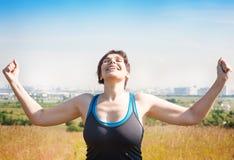 Счастливая красивая успешная плюс повышение женщины размера подготовляет к s Стоковые Фото