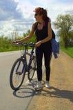 Счастливая красная женщина велосипедиста волос Стоковая Фотография