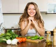 Счастливая кухня девушки дома Стоковое Изображение RF