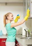 Счастливая кухня шкафа чистки женщины дома Стоковое фото RF