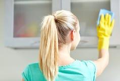 Счастливая кухня шкафа чистки женщины дома Стоковые Изображения