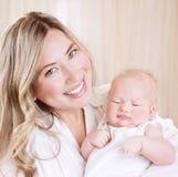 Счастливая мама с младенцем Стоковые Изображения