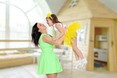 Счастливая мать держа молодую дочь Стоковые Фото