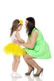 Счастливая мать держа молодую дочь Стоковое Изображение RF
