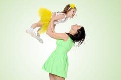 Счастливая мать держа молодую дочь Стоковая Фотография RF