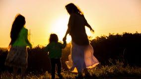 Счастливая мать играя с маленьким сыном на заходе солнца акции видеоматериалы