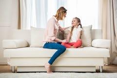 Счастливая мать имея переговор с дочерью стоковые фотографии rf