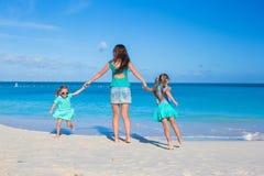 Счастливая мать и ее прелестные девушки имея потеху на тропическом пляже Стоковые Фотографии RF